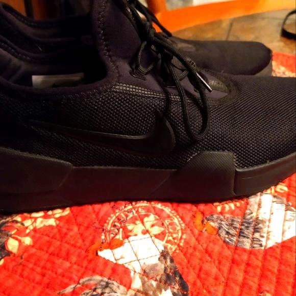 Boys size 7 Black Nikes, like new!